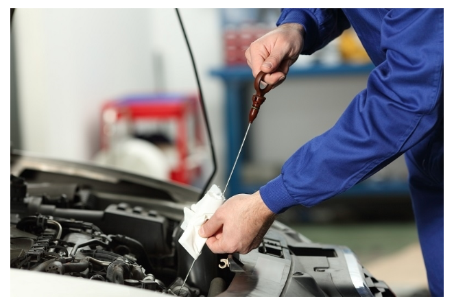 Verificando o nível de óleo do carro